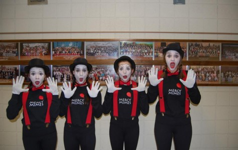 Mimes Entertain at the Auction