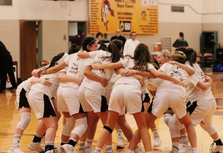 Senior+Isabelle+Miner+and+the+rest+of+her+Mercy+Varsity+Basketball+team+gather+in+their+classic+huddle+before+a+game+during+Miner%E2%80%99s+junior+year+in+the+the+2017-2018+season.+%0APhoto+used+with+permission+from+Isabelle+Miner